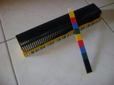 Muziekinstrument: Rasp gemaakt van diahouder en houten stokje