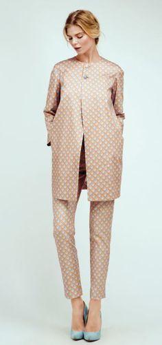 Abrigo corto y pantalón pitillo naranja de Dolores Promesas
