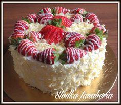Tort śmietankowo-truskawkowy z białą czekoladą