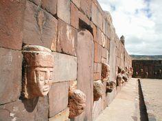 64/ HORIZON MOYEN / TIWANAKU  LE TEMPLETE Structure relativement modeste au regard des autres constructions du site. Place surbaissée à laquelle on accède par un escalier disposé au centre d'un des côtés. Sa particularité réside dans son revêtement de pierres mais également dans son décor de têtes-tenons. Espace qui devait être utilisé comme lieu de rassemblement et qui continuera à l'être à la période Tiwanaku. Espace rituel qui intègre différentes sculptures comme la stèle 15 et Monolithe…
