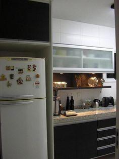 prateleira para cozinha com spots projeto de Giuliano Luchetti