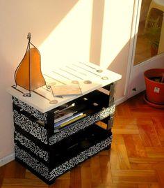 Cajones de madera de frutas/verduras se pueden transformar en una hermosa mesa de luz