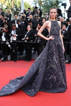 Model Daria Strokous' red carpet hair with her embellished Zuhair Murad Couture gown at the 'Loving' premiere, Day 6 of the 2016 Cannes Film Festival. Red Carpet Hair, Red Carpet Dresses, Red Carpet Looks, Celebrity Red Carpet, Celebrity Dresses, Mulher Versus Moda, Festival Looks, Film Festival, Festival 2016