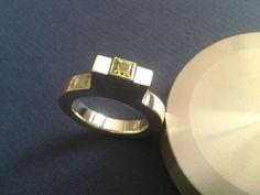 Een gegoten ring met peridot.