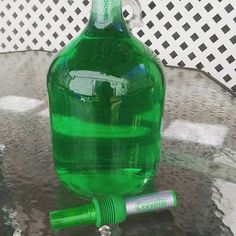 DIY: Garden reflecting jar hack. Place water in large bowl and die water with the marker by pressing down until you get the color you want. Fill gallon jug and cap! I love emerald green!