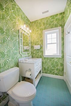 What a cheerful and vibrant palm chic coastal bathroom this is. The palm leaf wallpaper really sets the tone here. Bathroom by Hooper & Patterson Interior Design. See many more great coastal designer rooms with stunning coastal theme wallpaper ideas, featured on Completely Coastal. Beach House Bathroom, Brown Bathroom, Bathroom Tray, Bathroom Towels, Bathroom Sets, House Of Turquoise, Green Turquoise, Nautical Wallpaper, Green Interior Design
