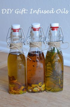 Make delicious homemade infused olive oils for your friends and family. Garlic, lemon, and rosemary infused olive oils great as gifts. Flavored Olive Oil, Flavored Oils, Infused Oils, Garlic Infused Olive Oil, Diy Food Gifts, Diy Holiday Gifts, Homemade Gifts, Homemade Food, Handmade Christmas