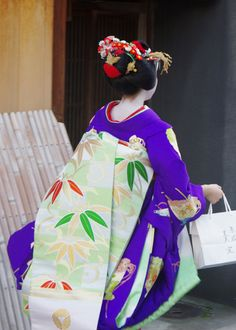 Maiko Mikako for New Year's celebrations by Yoozigen on Flickr She wore bamboo obi and fan kimono