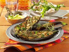 Gegrillte Auberginen mit Kichererbsenmus und Rauke-Champignon-Salat ist ein Rezept mit frischen Zutaten aus der Kategorie Gemüse. Probieren Sie dieses und weitere Rezepte von EAT SMARTER!