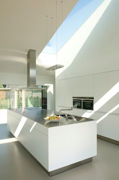 dark kickboards float the cabinets in this mostly white modern kitchen worth great natural light Barn Kitchen, Minimal Kitchen, Interior Minimalista, Minimalist Home, Beautiful Kitchens, Interior Design Kitchen, Home Kitchens, Sweet Home, New Homes