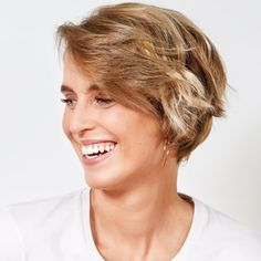 Coupe et coiffure cheveux courts - COIFF & Co - Printemps-été 2020. Long Asymmetrical Hairstyles, Short Haircuts With Bangs, Hair Color For Women, Short Hair Cuts For Women, Short Hair Styles, Yellow Hair, Green Hair, Red Hair With Highlights, Shampoo For Curly Hair