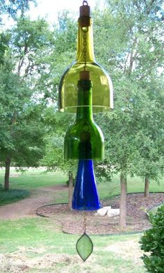 Colored glass can make any yard beautiful. These wind chimes are super easy to make. I would load up my yard with wind chimes and with glass bottles. Wine Bottle Art, Wine Bottle Crafts, Diy Bottle, Wine Bottle Windchimes, Bottle Top, Bottles And Jars, Glass Bottles, Empty Bottles, Cut Wine Bottles