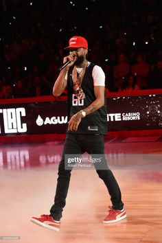 Fotografía de noticias : Nipsey Hussle performs during half time during. Rapper Outfits, Swag Outfits, Fashion Outfits, Basketball Jersey Outfit, Lauren London Nipsey Hussle, Jersey Fashion, Handsome Black Men, Outfit Grid, Hip Hop Fashion
