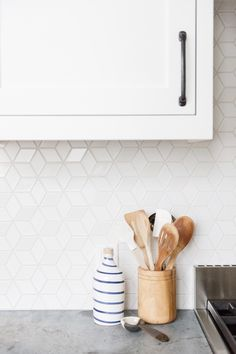 11 types of white kitchen splashback tiles: Add interest with shape over colour White kitchens don't have to be boring, especially when you add visual texture with interesting tile shapes. Here are 11 white kitchen splashback tiles. Kitchen Splashback Tiles, Modern Kitchen Backsplash, Splashback Ideas, Kitchen Counters, Splashbacks For Kitchens, Kitchen Splashback Inspiration, Patterned Kitchen Tiles, Kitchen Prints, Kitchen Cabinets