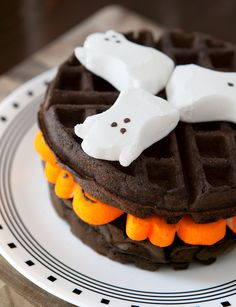 A spooky breakfast fun for kids and delicious for adults! These bold dark chocolate waffles get their sweetness from marshmallow Peeps. Marshmallow Halloween, Halloween Peeps, Halloween Chocolate, Halloween Food For Party, Halloween Treats, Easy Halloween, Healthy Halloween, Halloween Clay, Marshmallow Peeps