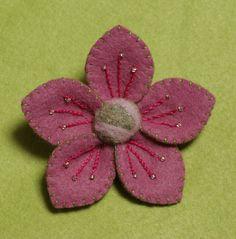 Broche fleur en feutrine brodée de perles Feutrine Mauve : Broche par petitechouette