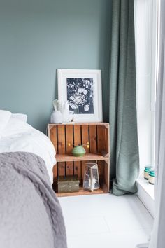 I like the color of the wall! Green Bedrooms, Bedroom Green, Bedroom Colors, Master Bedroom, Home Studio, Ideal Home, My Room, My Dream Home, Room Decor