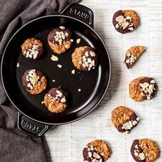 Guten Morgen - heute ist endlich Freitag und ich knabbere meine zuckerfreien Erdnuss Cookies, in denen die Süße aus Datteln und die Power aus Erdnussbutter steckt 🥜 Rezept für die wirklich leckeren Kekse die besondere auf Arbeit wieder Energie geben findet ihr aktuell auf dem Blog! #cookies #instacookies #cookielover #kekse #backen #baking #peanutbutter #erdnussbutter #datteln #dates #nosugar #sugarfree #lactosefree #laktosefrei #haferflocken #oats #dinkelflocken #food #instafood #foodies…