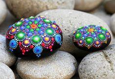 Mörk grundfärg får prickmönstret att synas ännu mer. Mandala Dots, Mandala Painting, Paint Chips, Stone Art, Painting Inspiration, Painted Rocks, Diy And Crafts, Bling, Artwork
