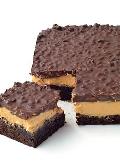 Peanut Butter Chocolate Brownie Crunch Bars - Sweetest Menu - - Peanut Butter Chocolate Brownie Crunch Bars with a cocoa brownie base, a creamy peanut butter filling and a crispy chocolate topping made with Rice Bubbles. Chocolate Peanut Butter Brownies, Cocoa Brownies, Chocolate Chip Cookie Dough, Chocolate Desserts, Chocolate Topping, Chocolate Crunch, Fudge, Peanut Butter Filling, Peanut Butter Recipes