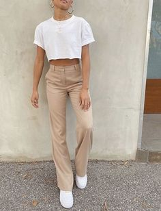 How to style a crop white tshirt and beige trousers for a casual summer outfit. How to wear white trainers and a crop T-shirt in a minimal style. How to style beige wide leg trousers Look Fashion, 90s Fashion, Autumn Fashion, Fashion Outfits, Fashion Trends, Classy Fashion, Fashion Vintage, Party Fashion, Indian Fashion