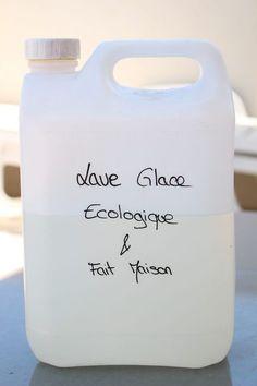 Cette semaine, je n'avais plus de lave glace dans ma voiture du coup je vous propose cette recette de lave glace écologique et fait maison que j'ai trouvé ici. Ce lave glace est un nettoyant, dégraissant, détartrant et normalement ne gèle pas en hiver.