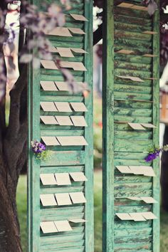 place cards on shutter  | www.partyista.com