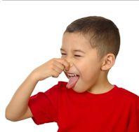 Kind fasst sich an die Nase