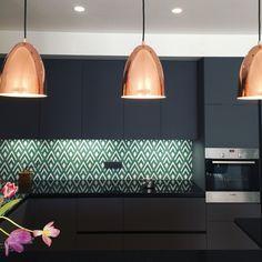 Black kitchen and cement tiles! Cuisine avec une crédence en carreaux de ciment très graphique pour une cuisine au total look dark.