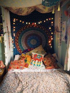 typische Elemente der Boho Stil Einrichtung - Leuchten, bunte Kissen, Mandala Prints