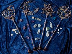Wire wrapped bubble wands, but also could be magical … Gorgeous / Dekopub Wire Crafts, Fun Crafts, Wire Wrapped Jewelry, Wire Jewelry, Quartz Jewelry, Wizard Wand, Wizard Staff, Fairy Wands, Bubble Wands