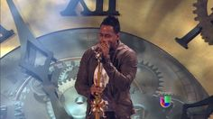 Romeo Santos hizo derretir a todas las mujeres en la audiencia cantando 'Llevame Contigo' en Premio Lo Nuestro 2013.