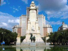 Atrás do Monumento de Cervantes está o Edificio España, um prédio que marcou sua época.
