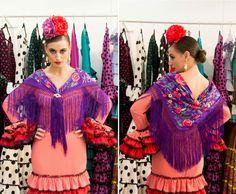 Ponemos el mantoncillo sobre los hombros siguiendo las líneas de los escotes delantero y trasero y sujetándolo con dos broches. Laura Álvarez Baby Boomer, Outfit, Sari, Daughter, Womens Fashion, Seville, Flamenco Dresses, Fringes, Neckline