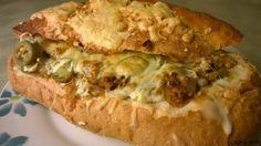 Täytetty ranskanleipä Tämä herkku se on ollut hitti joskus -95 paikkeilla asuntoloissa sun muissa nuorten keskuudessa :) Täyttävä ja maukas eväs ihan sellaisenaankin voi toki salaattia kylkeen tehdä. Meillä tehdään yleensä aina jauhelihaan mutta varioinnissa on vain taivas rajana! :) Täytetty ranskanleipä 2 kpl Tarvitset: 2 ranskanleipää 400 g jauhelihaa 1 pss Santa Marian spice mix original 1 dl vettä 1 sipuli 4-5 anasnasrengasta paloiteltuna 3 tomaattia La Costeñan jalopenoja aurajuustoa… No Salt Recipes, Baking Recipes, Spanakopita, Cheesesteak, Food And Drink, Snacks, Cooking, Ethnic Recipes, Mozzarella Chicken