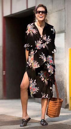Street style look com vestido midi floral.