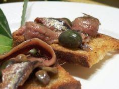 All'origine dello scammaro, quando anche la pasta era un lusso nelle famiglie contadine Ricetta e foto di Tommaso Esposito. Lo scammaro: pane fritto con acciughe salate, capperi e olive