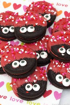 No-Bake Edible Valentine's Day Crafts with Food Love Bug OREOs. Preschool, Elementary Classroom Ideas and Valentine parties, we have the best No-Bake Edible Valentine's Day Crafts (that incorporate food!) These Valentine's Day recipes are. Valentine Desserts, Valentines Day Cookies, Valentines Baking, Valentine Treats, Valentines Day Party, Valentines Day Decorations, Valentine Day Crafts, Valentine Food Ideas, Valentines Recipes