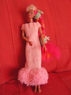 Une jolie robe longue pour les Barbies de vos filles et petites filles ! Si vous voulez voir les autres vêtements déjà réalisés, au dessus de mon article, cliquez sur catégorie puis sur vêtement pour poupée Barbie et vous retrouverez tous les articles... Barbie And Ken, Barbie Dolls, Habit Barbie, Harajuku, Knit Crochet, Knitting Patterns, Flower Girl Dresses, Wedding Dresses, Articles