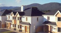 Sunnyhill Holiday Homes Kenmare The Sunnyhill Holiday Homes are just a 10-minute walk from Kenmare town centre. Surrounded by mountains these houses comprise a fully equipped kitchen, dining area, spacious lounge and garden.