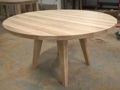 Ronde tafel eikenhout tapse poten schuin | Te Boveldt Meubelmakerij & Interieurbouw