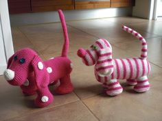 The cutest crochet dogs.... long tails and all :) |Breimaan: Roze hondjes