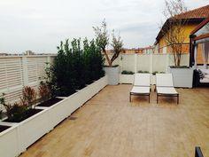 Terrazzo con fioriere e Frangisole realizzato da www.lfarredolegno.it. Made in Italy