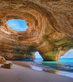 Plages d'Algarve, Portugal : certaines de ces plages sont installées au milieu de falaises qui semblent former de véritables grottes