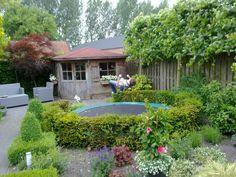 De trampoline is hier mooi weggewerkt in de tuin. De haag zorgt ook voor een veilige valzone.