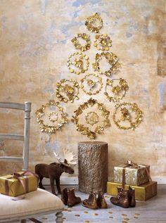 Sapin de noël mural fait de guirlandes de carton doré installées sur des abat-jour MCI 67
