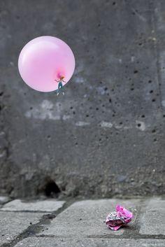 Little people project - cool miniature art - chicquero - bubble gum ballon Big Babol, People Holding Hands, Street Art, Miniature Calendar, Street Installation, Miniature Photography, Art Photography, Balloons Photography, Figure Photography