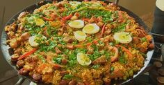 Paella caipira leva frango, linguiça, pernil e temperos muito saborosos