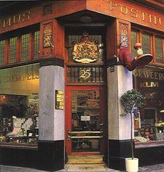 Onze naamstempel hebben we laten maken bij Posthumus: de beste ambachtelijke drukkerij van Amsterdam, met een erg charmante winkel vlak achter de Kalverstraat.