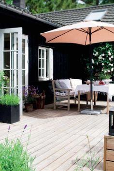 Sommerhus i grafisk og romantisk stil   Femina Outdoor Rooms, Outdoor Living, Outdoor Decor, Summer Cabins, Grey Houses, Nordic Home, Maine House, Sustainable Design, Log Homes